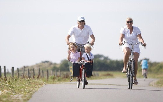 A family cycling on Vlieland