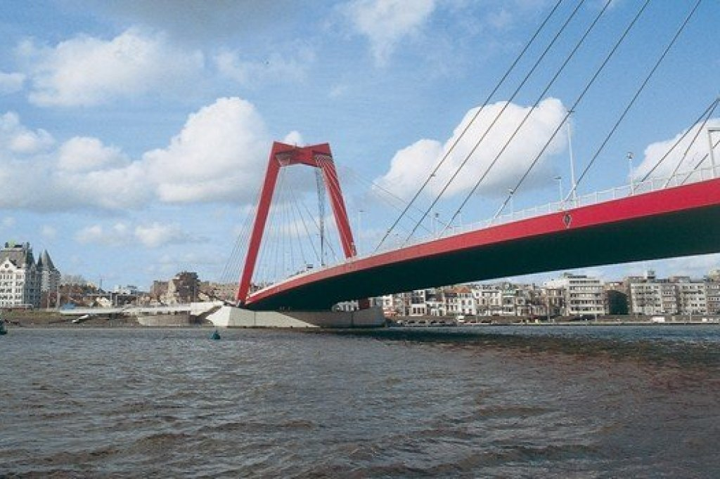 The willemsbrug with on the background the Whithouse in Rotterdam