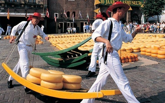 http://www.holland.com/upload_mm/6/d/c/4620_fullimage_Alkmaar%20cheese%20market%20560x360.jpg_560x350.jpg