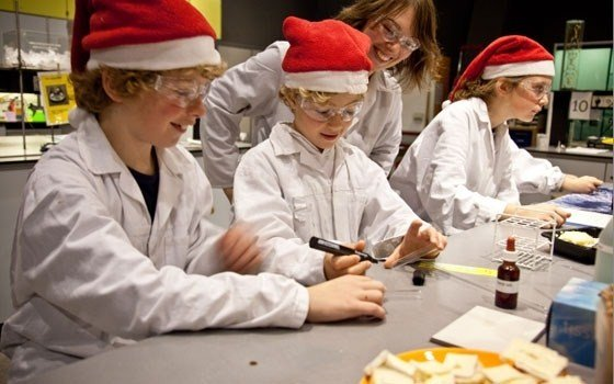 Children experimenting at the christmaslab in NEMO