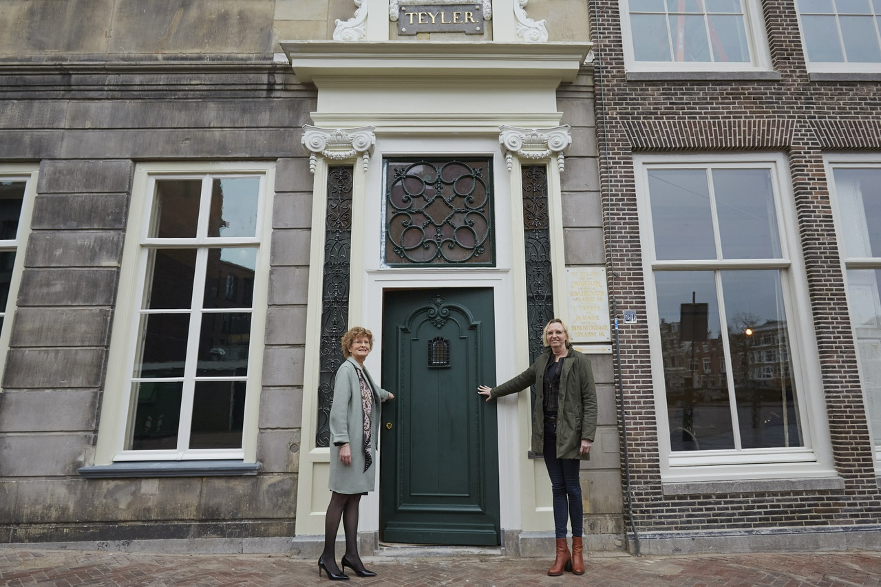 Director Marjan Scharloo and architect Liesbeth van Apeldoorn opening the monumental front door of the Pieter Teyler House