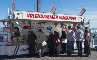 5x eating fish in Volendam