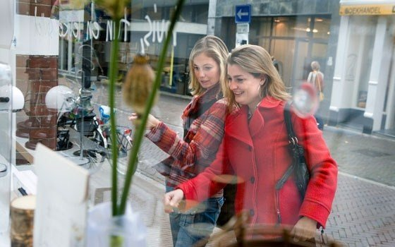 Women windowshopping in Utrecht