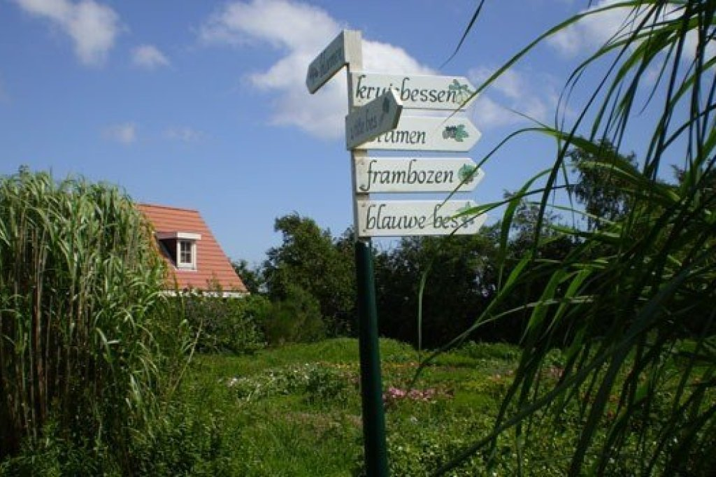 "A sign at the ""zelfpluktuin"""
