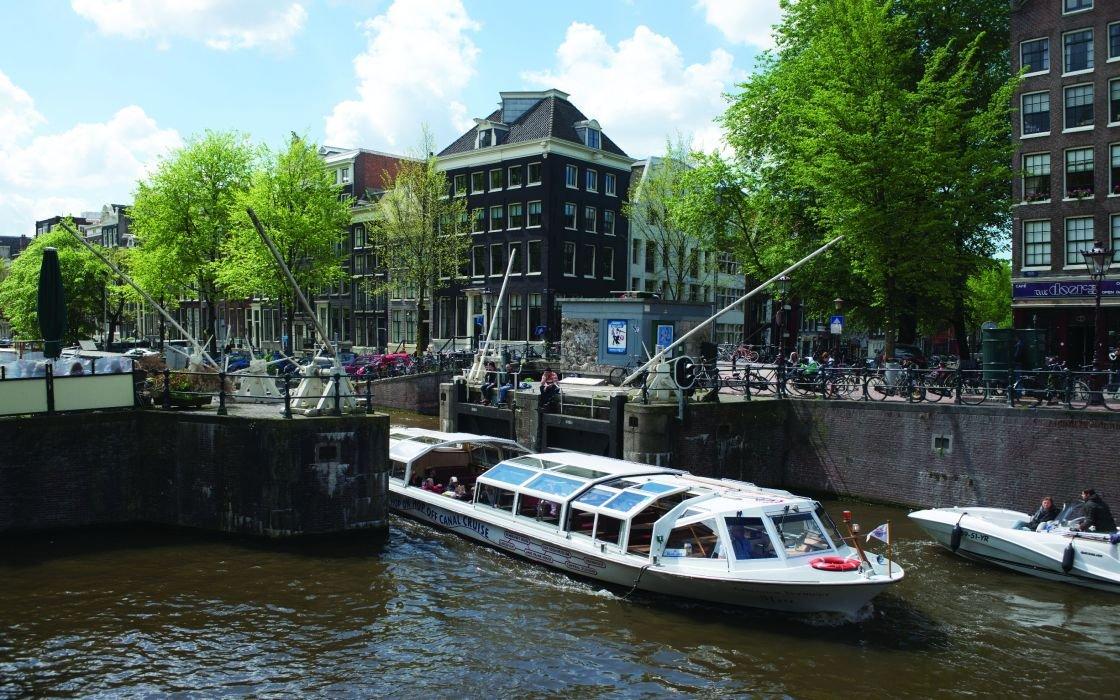美しいアムステルダムの運河クルーズ