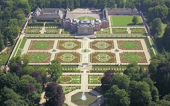 A birds eye view of palace Het Loo and its gardens