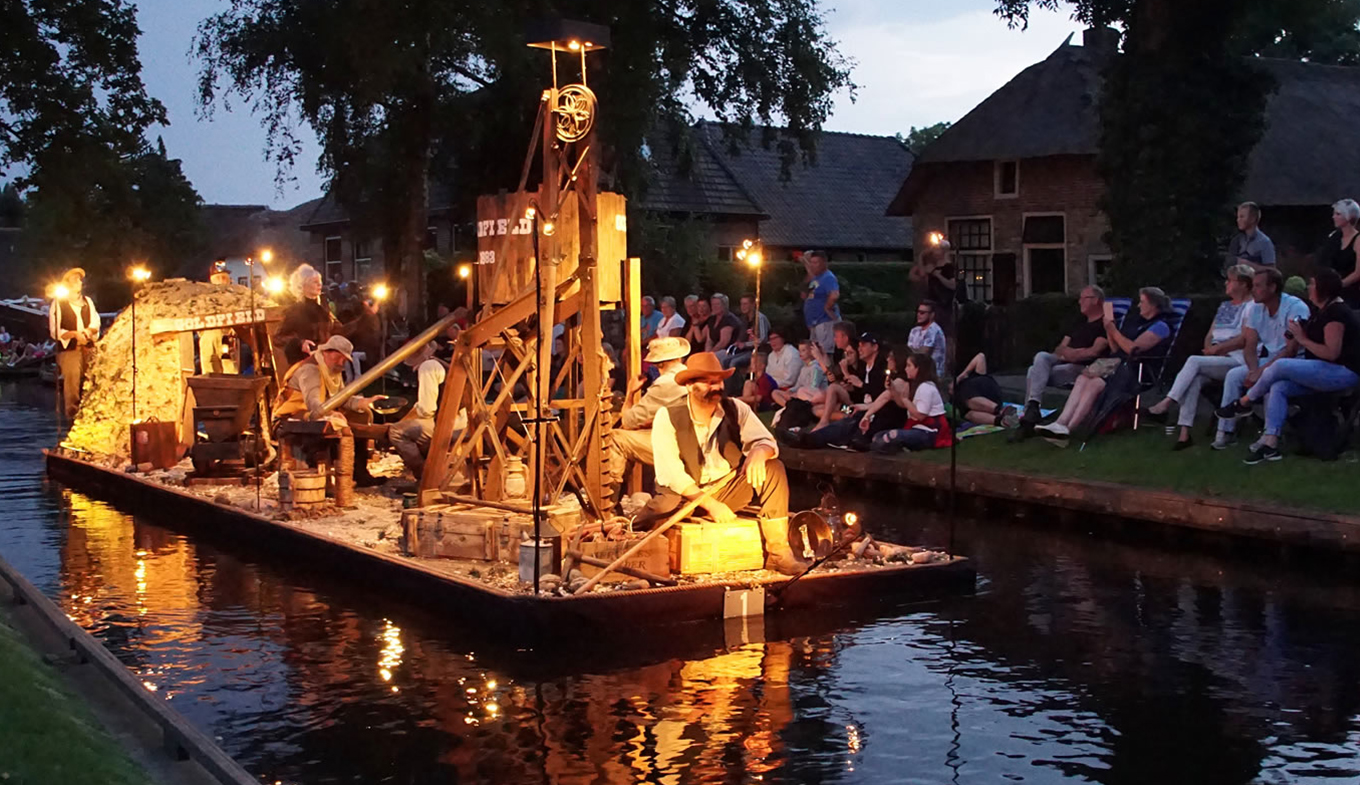 Gondelvaart Giethoorn enchanting boat parade through the village canal