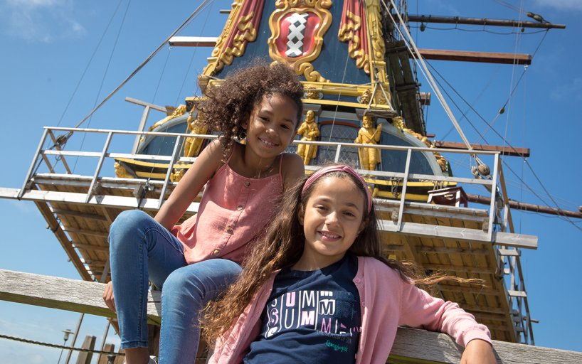 Batavialand girls on ship
